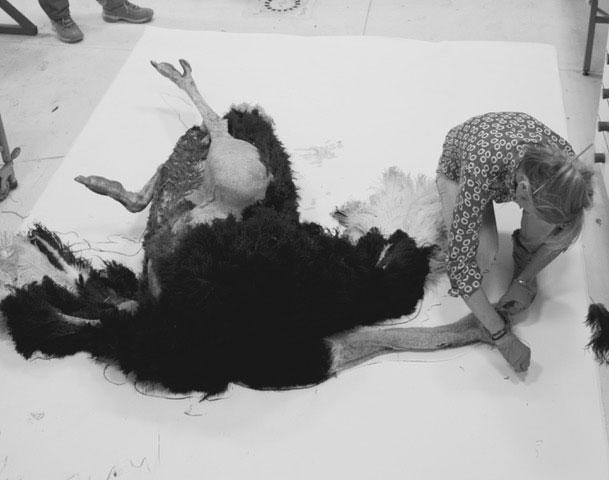Agnès Pezeu avec une autruche